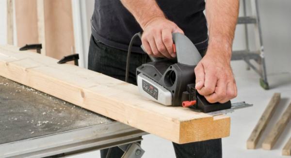 С помощью электрорубанка или фрезера выполняется профилирование заготовки (как на фото, но с поправкой на масштаб)