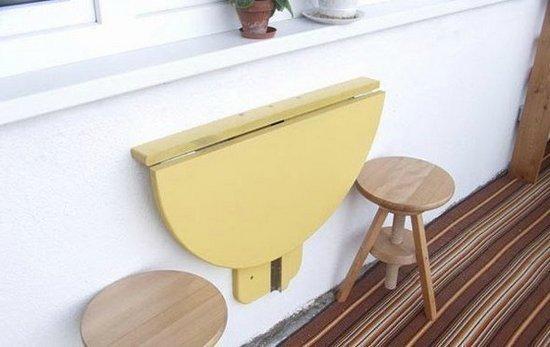 Самодельный стол с полукруглой столешницей.