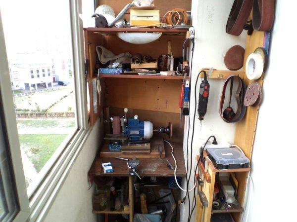 Самодельный верстак и полки для инструментов на маленьком балконе.