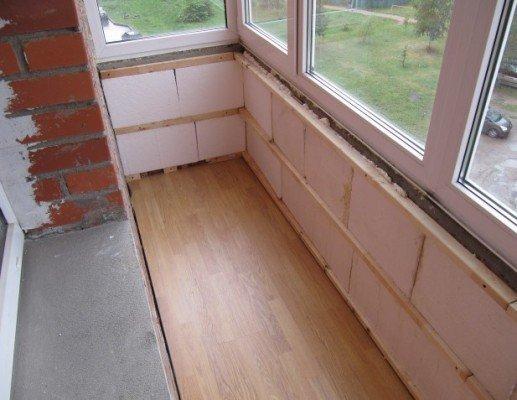 Смонтированный пол на балконе.