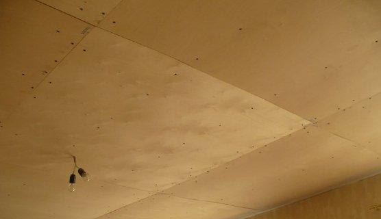 Снизу потолок обшивается фанерой.