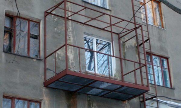 Согласовать строительство балкона на втором этаже еще сложней
