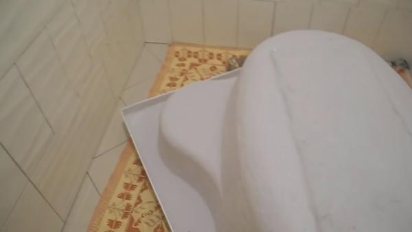 Сохраняем глянец акриловой поверхности, постелив на пол покрывало