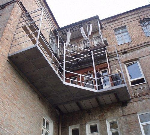 Сооружение угловой конструкции.