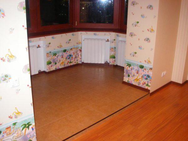 Совмещение с комнатой - на полу плитка и ламинат