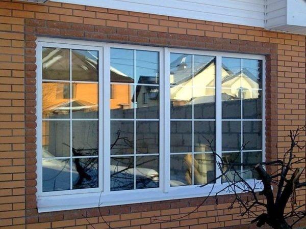 Современное металлопластиковое окно для загородного дома с имитацией витража.