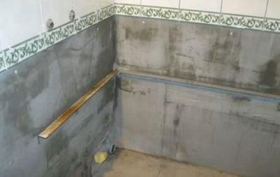 Стальной уголок надежно зафиксирует примыкающий к стене борт.