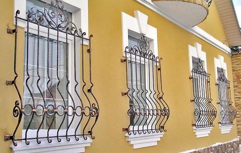 Стальные решетки на окнах первого этажа гарантируют надёжную защиту от несанкционированного проникновения