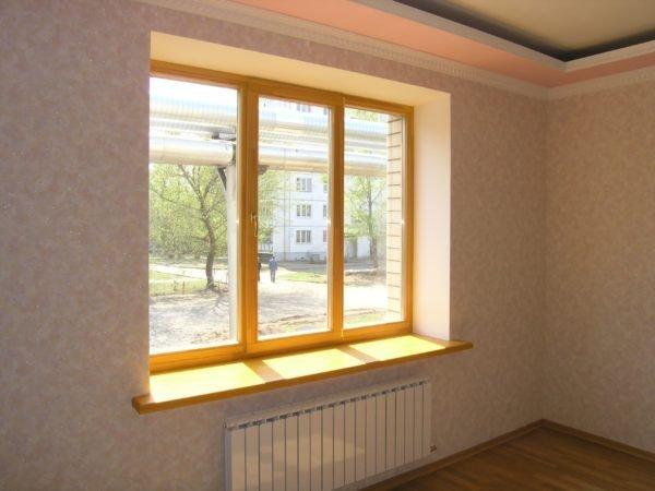 Стандартное трехстворчатое окно в типовой городской квартире.