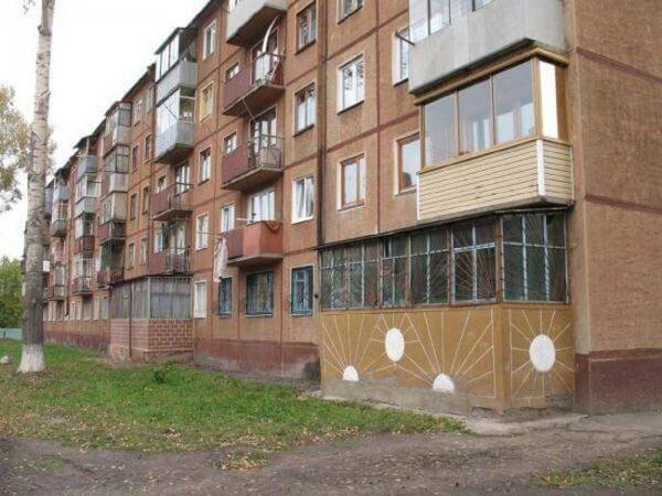 Стандартные варианты городских балконов с подвалами.