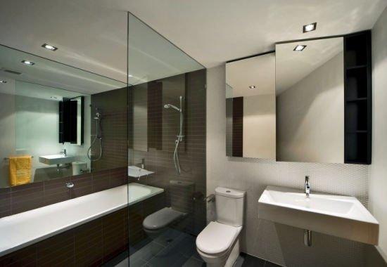 Стеклянная перегородка отлично зонирует помещение, не перегружая интерьер.