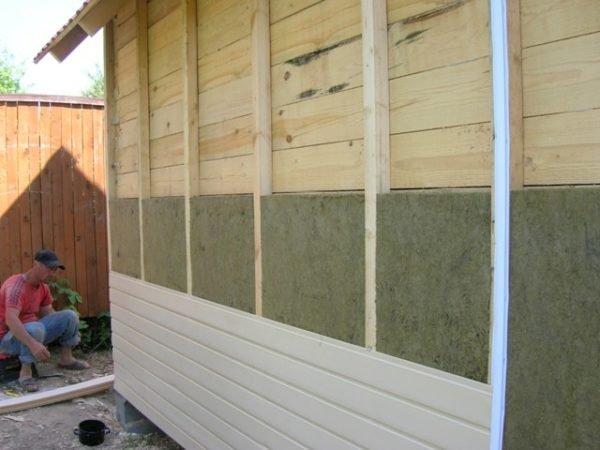 Стена бани с теплоизоляцией и фрагментом обшивки