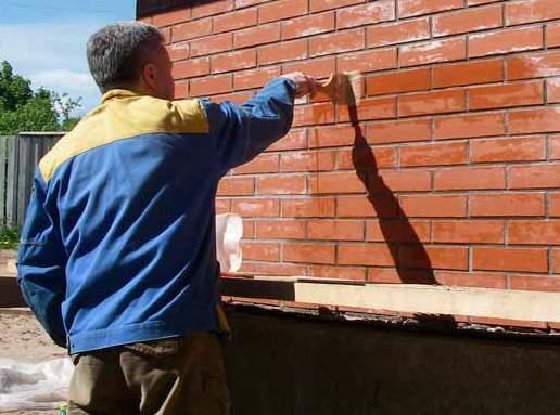 Стену из кирпича нужно обработать специальным раствором от высолов