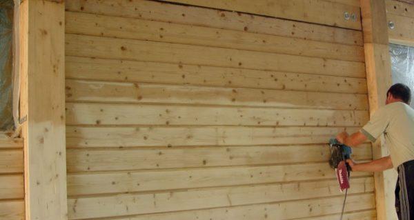 Стены дома перед началом работы следует очистить от пыли и мусора.