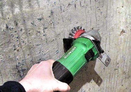 Стены можно зачистить болгаркой.