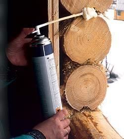 Строительная пена эффективно применяется даже при проведении работ в срубе