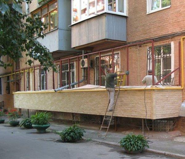 Балкон на первом этаже: можно ли пристроить и как это сделат.