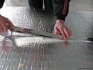 Стыки между листами утеплителя герметизируются металлизированной лентой.
