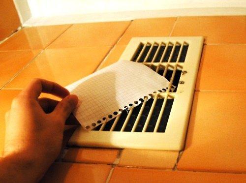 Так можно проверить наличие тяги в вентиляционном канале.