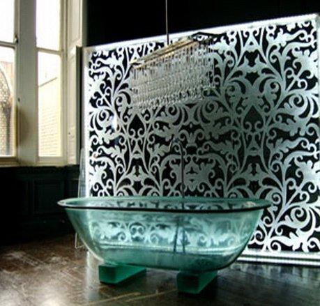 Так выглядит элегантная ванна из стекла в реальном интерьере