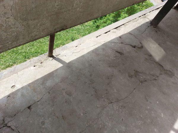 Такие дефекты балконной плиты нужно устранить