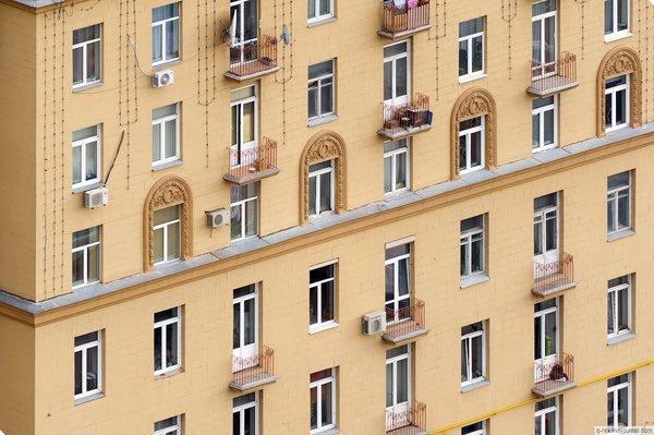 Типичные окна домов сталинской постройки.