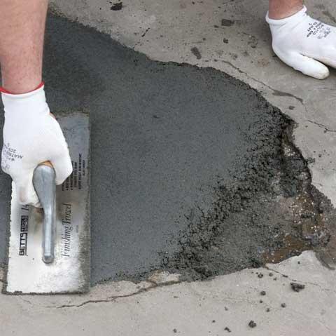 Трещины и углубления в бетоне заделываются цементным раствором.