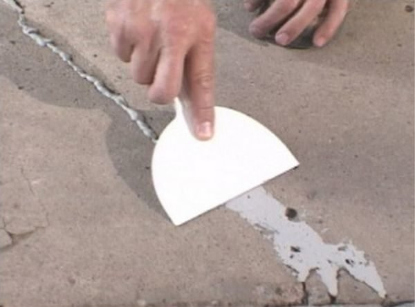 Трещины в бетоне нужно заделать.