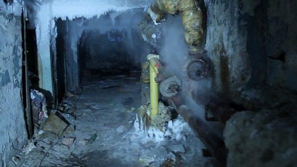 Трубы, замерзшие в подвале.