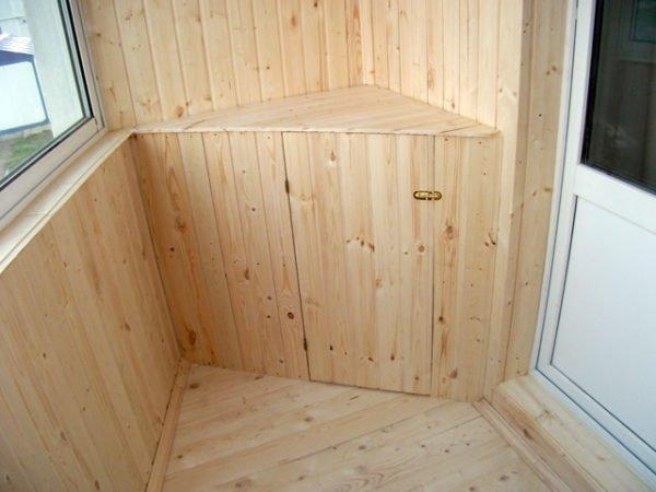 Угловая деревянная тумбочка превосходно вписывается в общее оформление