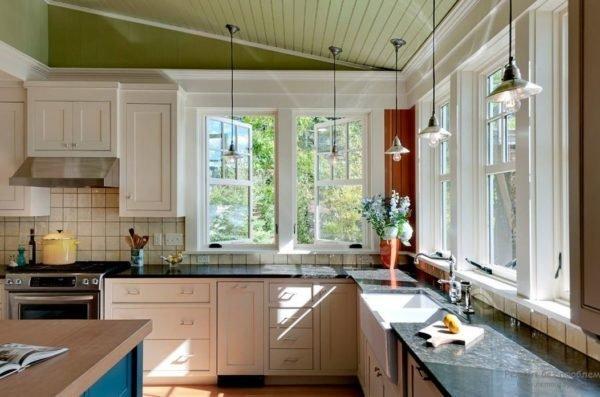 Угловая кухня с двумя окнами. Рабочая поверхность получила яркое естественное освещение.