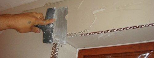 Угловой профиль будет полностью закрыт при шпаклевании стены.
