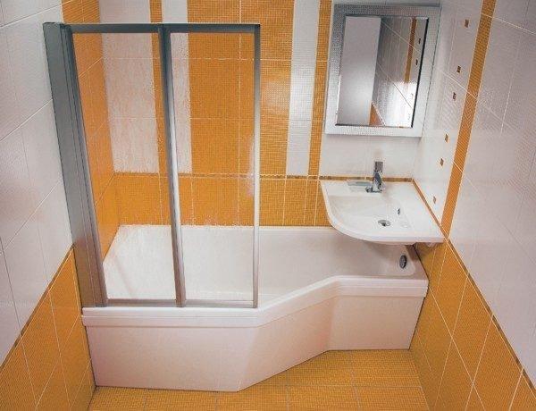 Угловой умывальник может расположиться даже над ванной.