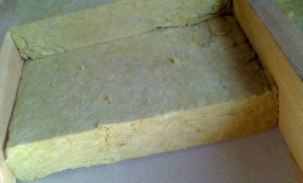 Укладка плит минеральной ваты (на фото – в два слоя, для примера).