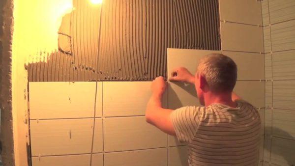 Укладка плитки в ванной требует определенных навыков.