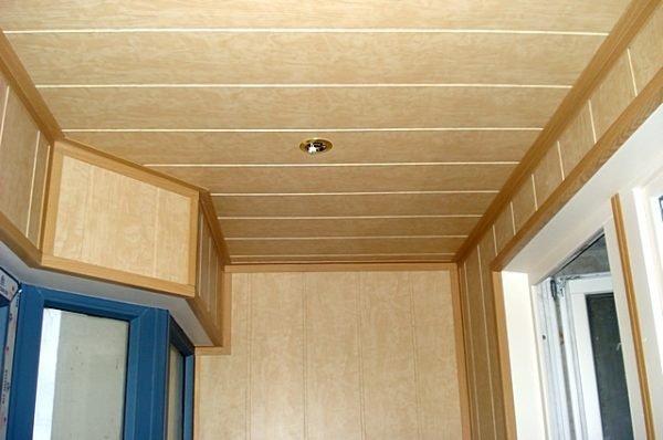 Универсальный уголок хорош и на потолке