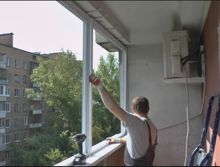Как крепятся окна на балконе