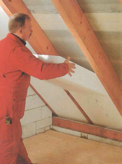 Установка пенопласта между стропилами крыши.