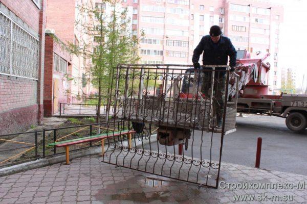 Установка стального барьера на верхний этаж, осуществляемая с использованием спецтехники