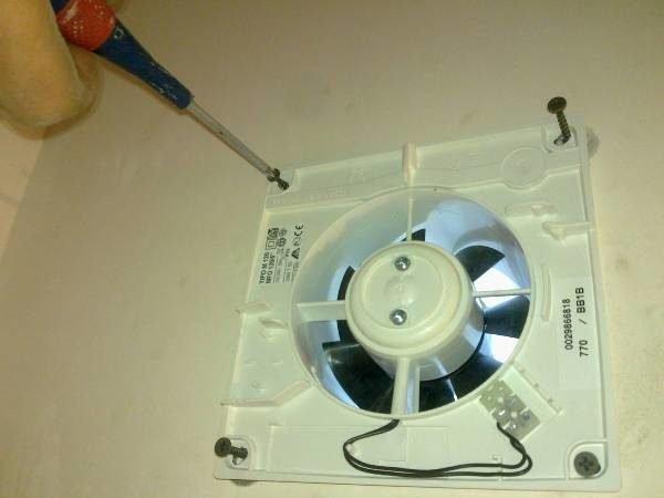 Установка вытяжки в вентиляционный канал.