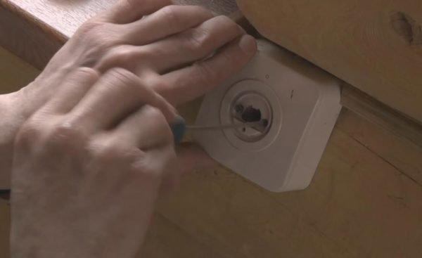 Устройство контроля привода крепим обычными саморезами на деревянную поверхность