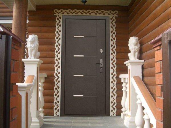 Утепленная железная дверь для загородного дома.