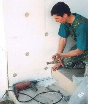 Утеплить стены изнутри можно и самостоятельно.