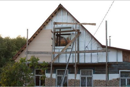 В конце утепленный фронтон дома можно украсить сайдингом.