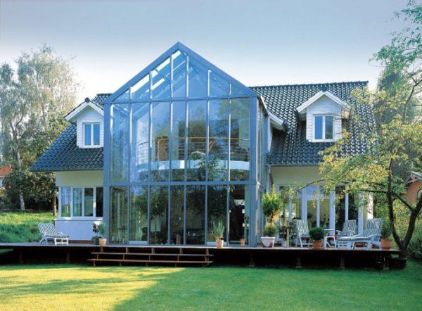 В летнюю жару стеклянный фасад превратит дом в перегретый парник.