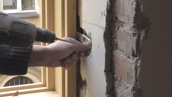 В рыхлую стену устанавливаем крепеж большей длины, чем обычно