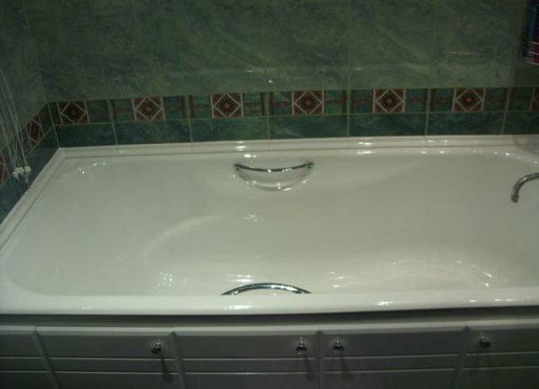 Ванна окантована керамическим бордюром.
