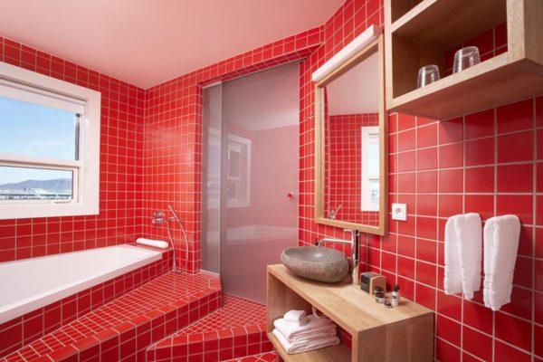 Ванная комната, оформленная в красном цвете.