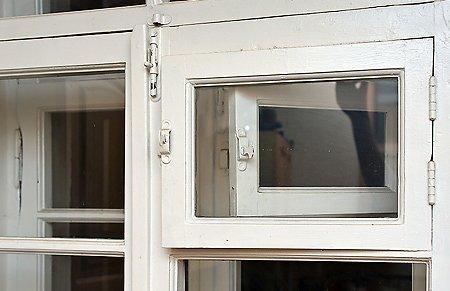 Вентиляция жилых комнат осуществлялась через зазоры рам.