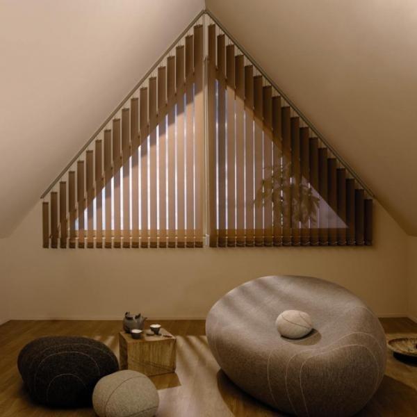 Вертикальные жалюзи на треугольном окне